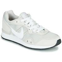 Boty Ženy Nízké tenisky Nike VENTURE RUNNER Béžová / Bílá
