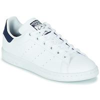 Boty Děti Nízké tenisky adidas Originals STAN SMITH J SUSTAINABLE Bílá / Tmavě modrá / Přírodní