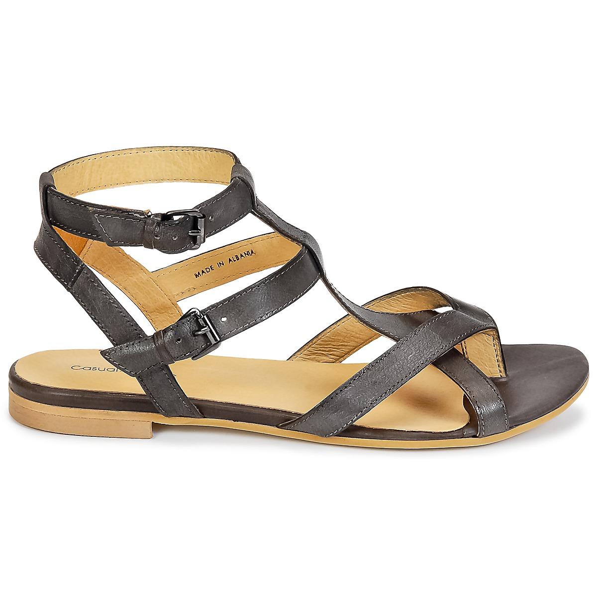 b71bd9ba1558 Hnědé sandály značky Casual Attitude se budou dobře vyjímat ve vaší sbírce  letních bot. Perfektní sloučení svršku z kůže a podrážky ze syntetiky  vidíme u ...